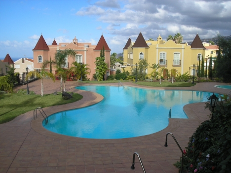 Schönes komplett möbliertes Appartement mit Innenhof, Terrasse, Abstellraum, gem. Pool und Garten.