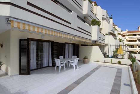 Appartement in Luxusanlage mit Bergeblick. Garten mit Pool, Tennisplatz, Gemeinschafts- Parkplatz. E