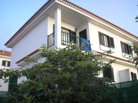 Grosszugiges möbliertes Eckhaus mit Garten, Terrassen, Garage, Abstellraum und Keller.