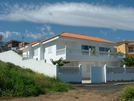 Neues Haus mit Blick und Terrassen.