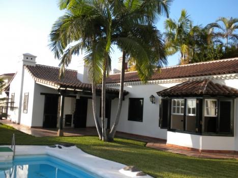 Haus mit Garten und Pool.