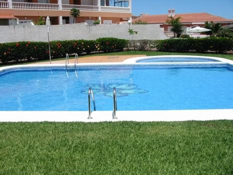 Wohnung mit Terrasse und Pool.
