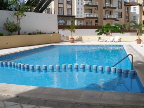 Komplett möbliert mit Pool und Parkplatz.