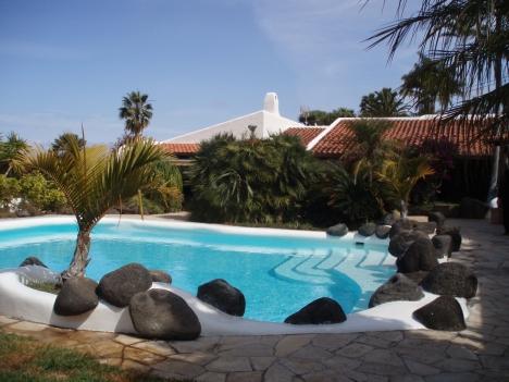 Traumanwesen mit tropischen Garten, Pool und Meerblick.