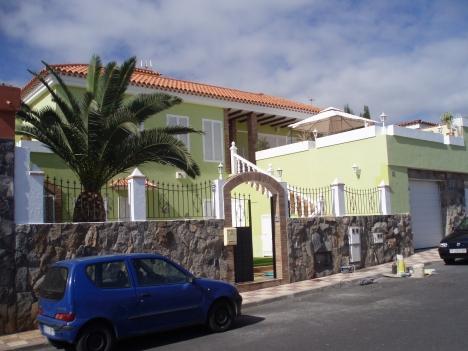 Grosses Haus mit Einliegerwohnung, Pool und Grillecke.