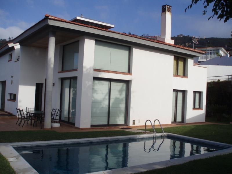 Designer Haus mit Pool und Garten in sonniger Wohngegend.