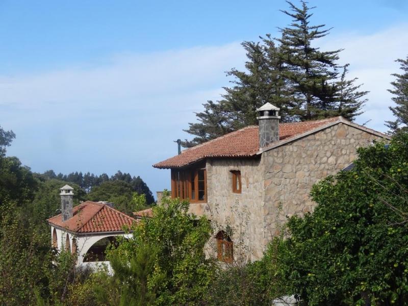 Der Bauernhof liegt in einer malerischen Umgebung mit 2 traditionellen Häusern